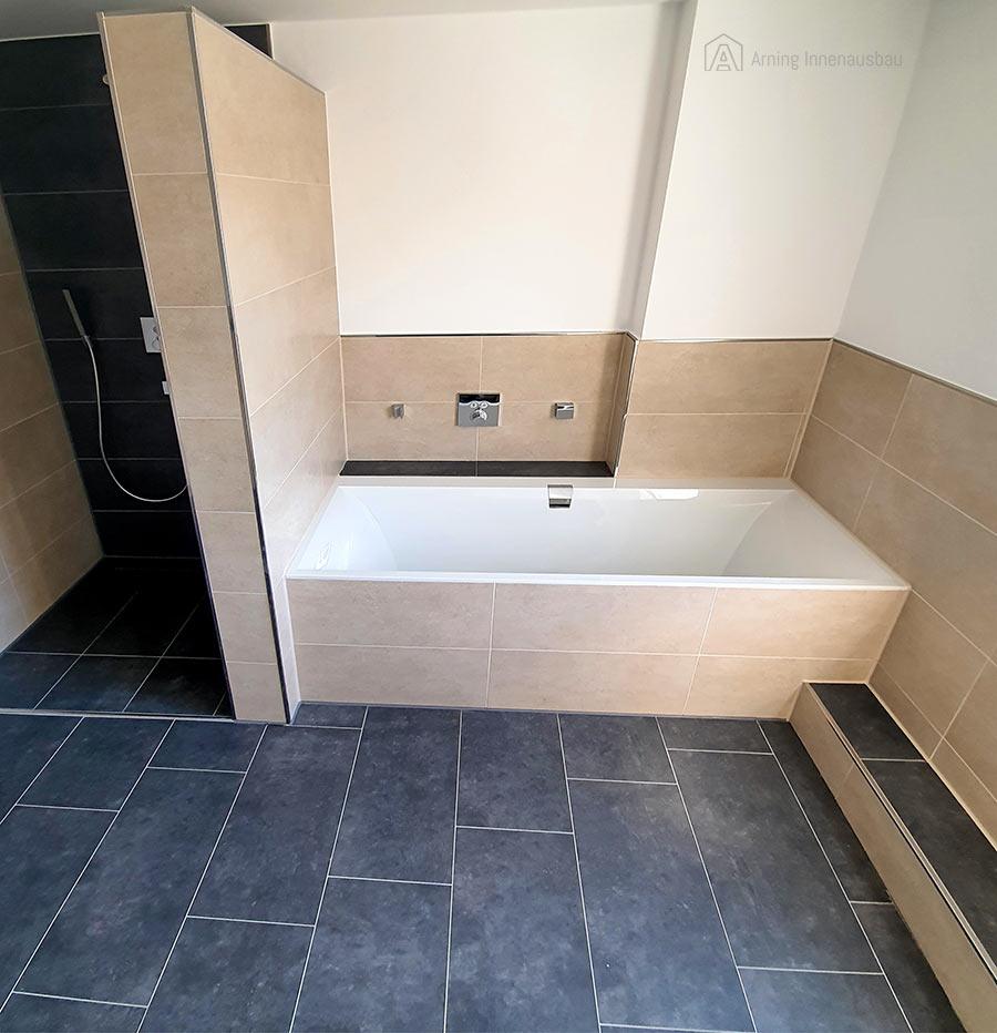 Foto eines modernen Badezimmers: Wand- und Bodenfliesen von Arning Innenausbau verlegt